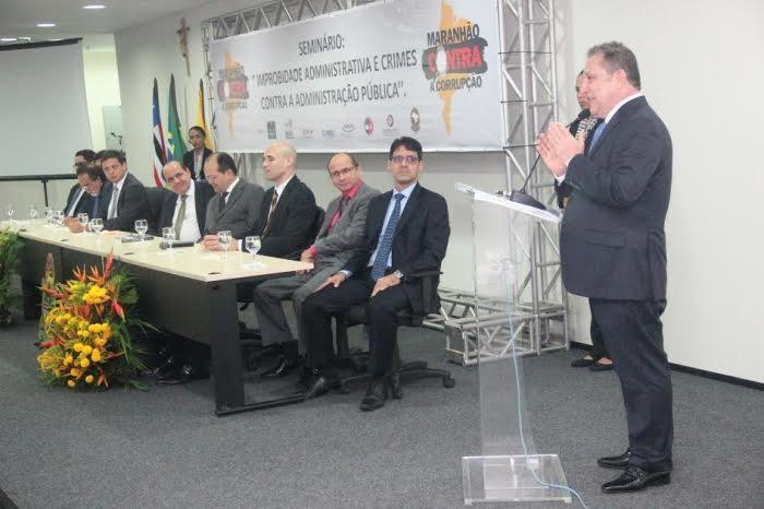 O desembargador-presidente Cleones Cunha fala no Seminário contra a Corrupção