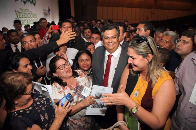 Flávio Dino com vereadores durante o Encontro realizado terça-feira