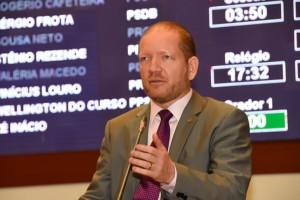 Othelino Neto denuncia situação crítica de cursos da UFMA em Pinheiro