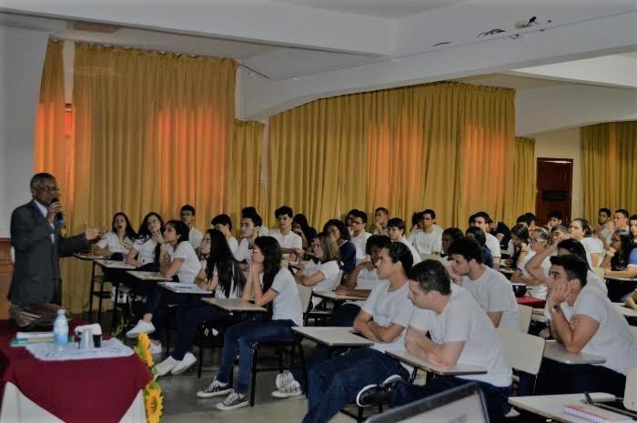 José Bernardo Rodrigues fala a estudantes do Colégio Santa Tereza