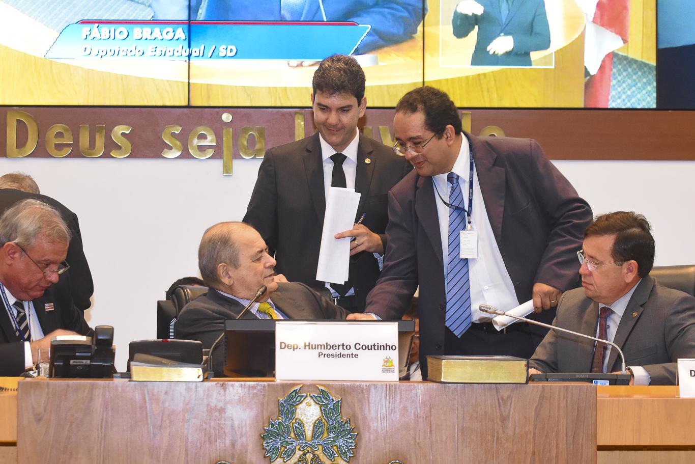 O presidente Humberto Coutinho, observado pelo relator Eduardo braide, é cumprimentado pelo promotor ?????