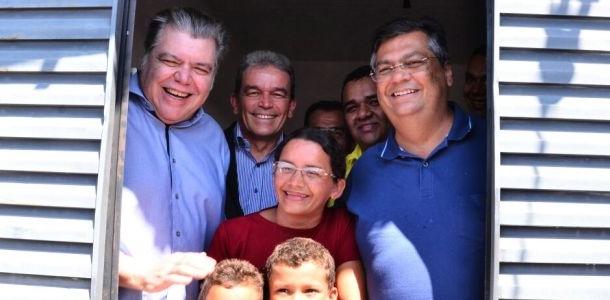 Sarney Filho e Flávio Dino com beneficiados na entrega de casas em Coroatá