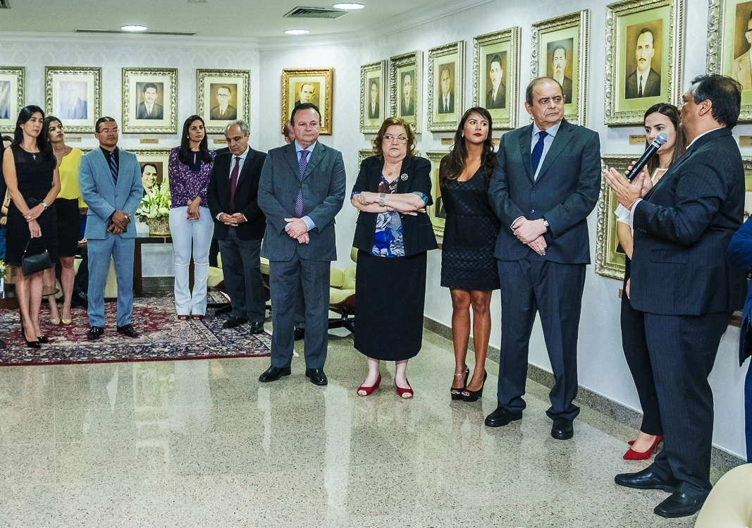 Flávio Dino saúda o aniversariante Humberto Coutinho em ato-surpresa na Assembleia Legislativa