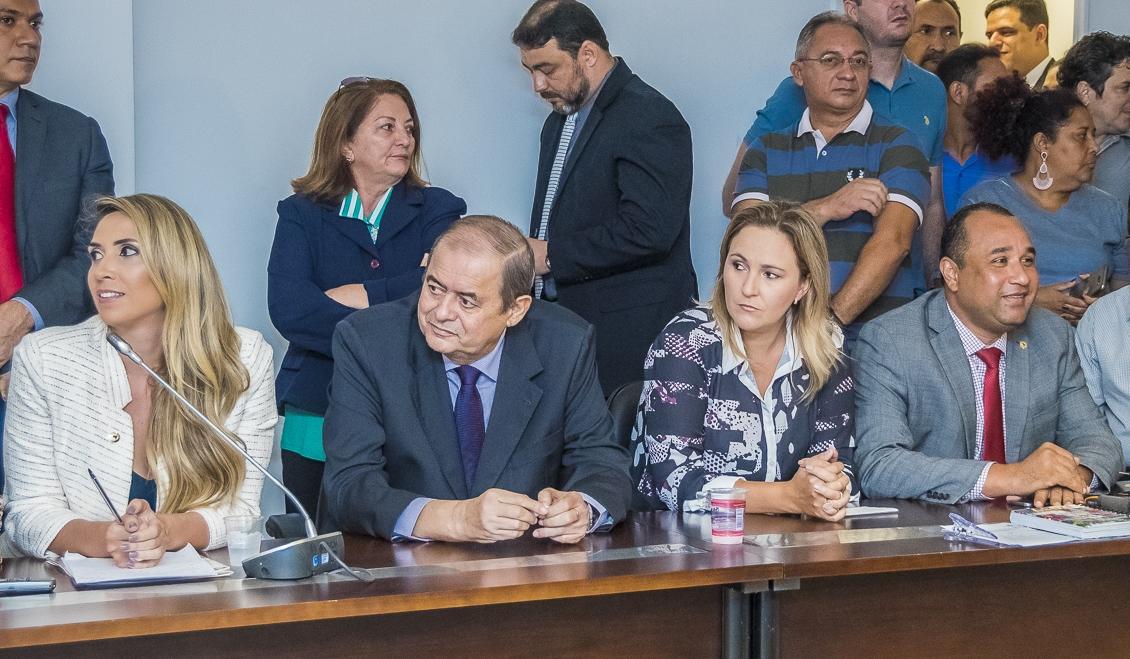 Humberto Coutinho entre Andrea Murad (e), Nina Melo e Roberto Costa