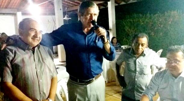 Imagem imoensável: Sebastião Madeira e Ildon Marques se juntam em torno de Roberto Rocha