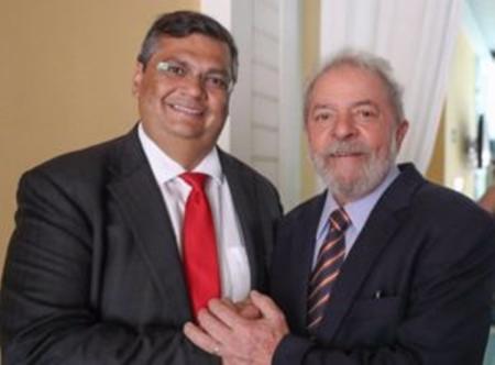 Flávio Dino recebe Lula da Silva no desembarque do ex-presidente em São Luís