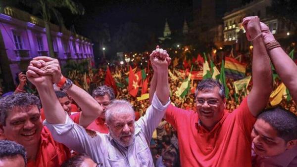 Lula recebe u apoio de Flávio Dino em ato em frente ao Palácio dos Leões