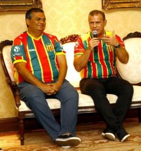 Flávio Dino ouve declaração de apoio de Sérgio Frota