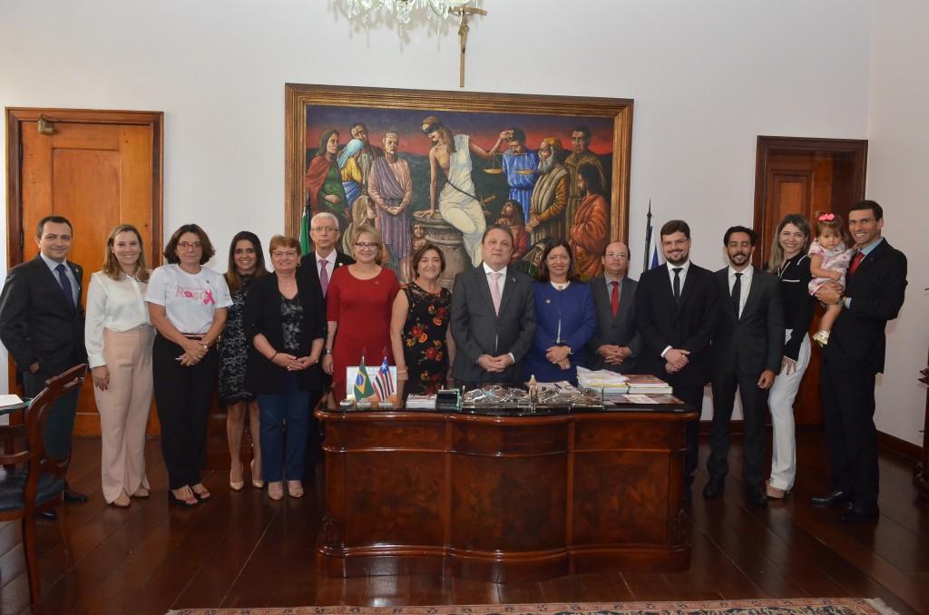 Cleones Cunha (centro) n ato da posse dos magistrados