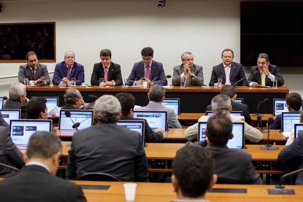 Tema Cunha (primeiro da direita para a esquerda) fala senadores e deputados federais sobre recursos para muicípios