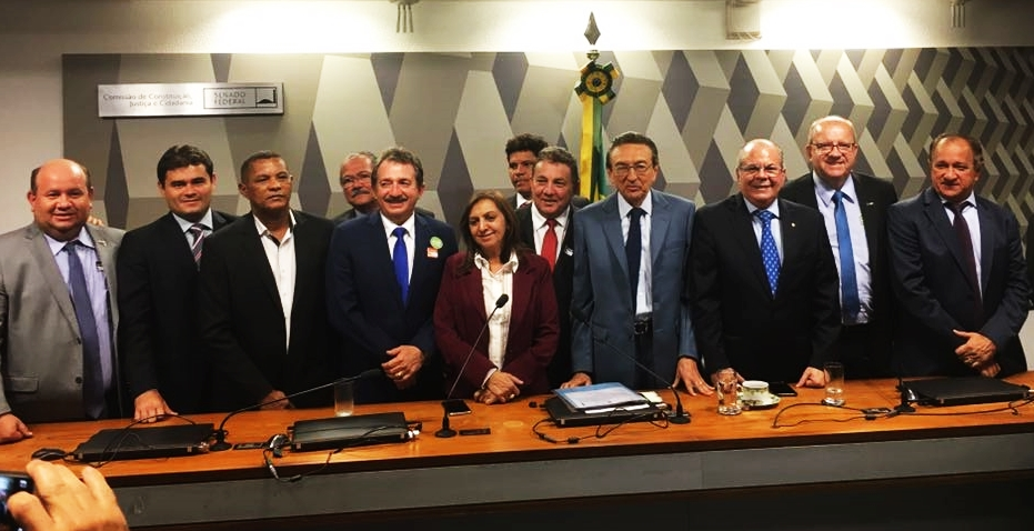 Tema Cunha e Edison Lobão ladeados por prefeitos na luta por recursos