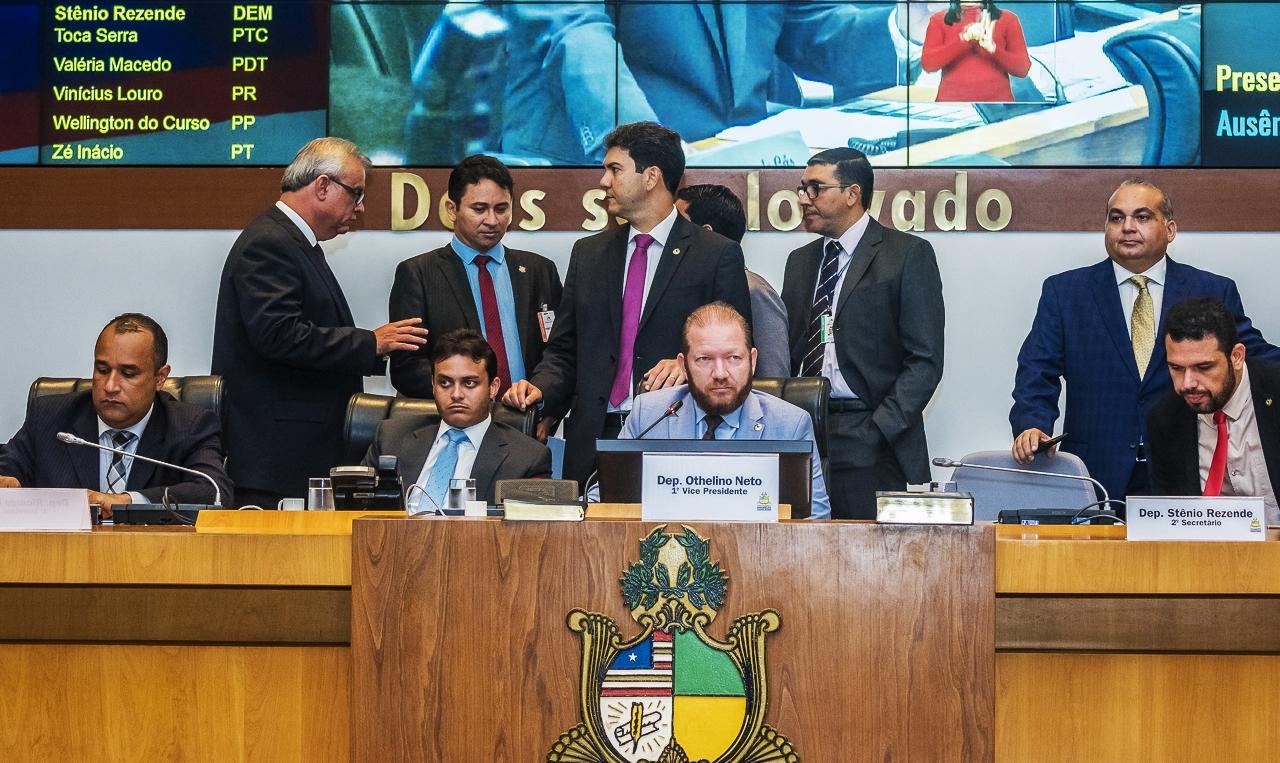 Cercado de deputados, Othelino Neto preside a sessão de encerramento do semestre legislativo