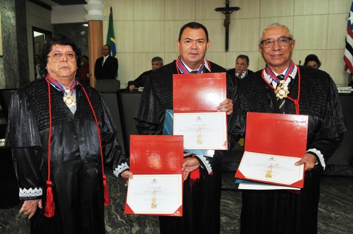Josemar Lopes, José Jorge Figueiredo e Luiz Gonzaga Filho exibem seus diplomas de empossados como desembargadores
