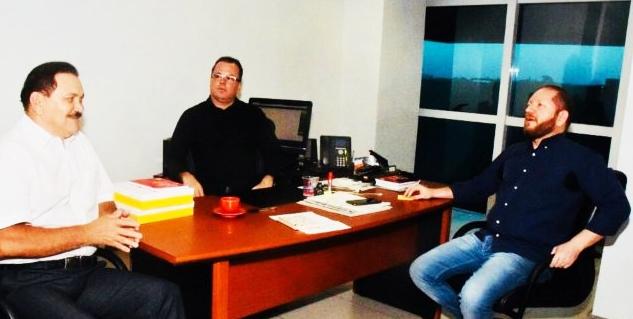 Edwin Jinkins (C) recebe a visita de Othelini Neto (D), no Complexo de Comunicação, acompanhado de Rubens Pereira (e)