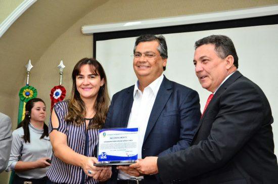 Fláviio Dino recebe de Cleomar Tema placa de reconhecimento da Famem por sua gestão