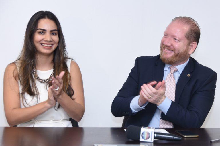 Ana Paula e Othelino Neto: descontração na posse dela na presidência do gedema