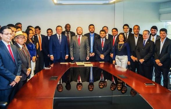 Othelino Neto (centro) assume o comandodo Legislativo com o respaldo de seus pares