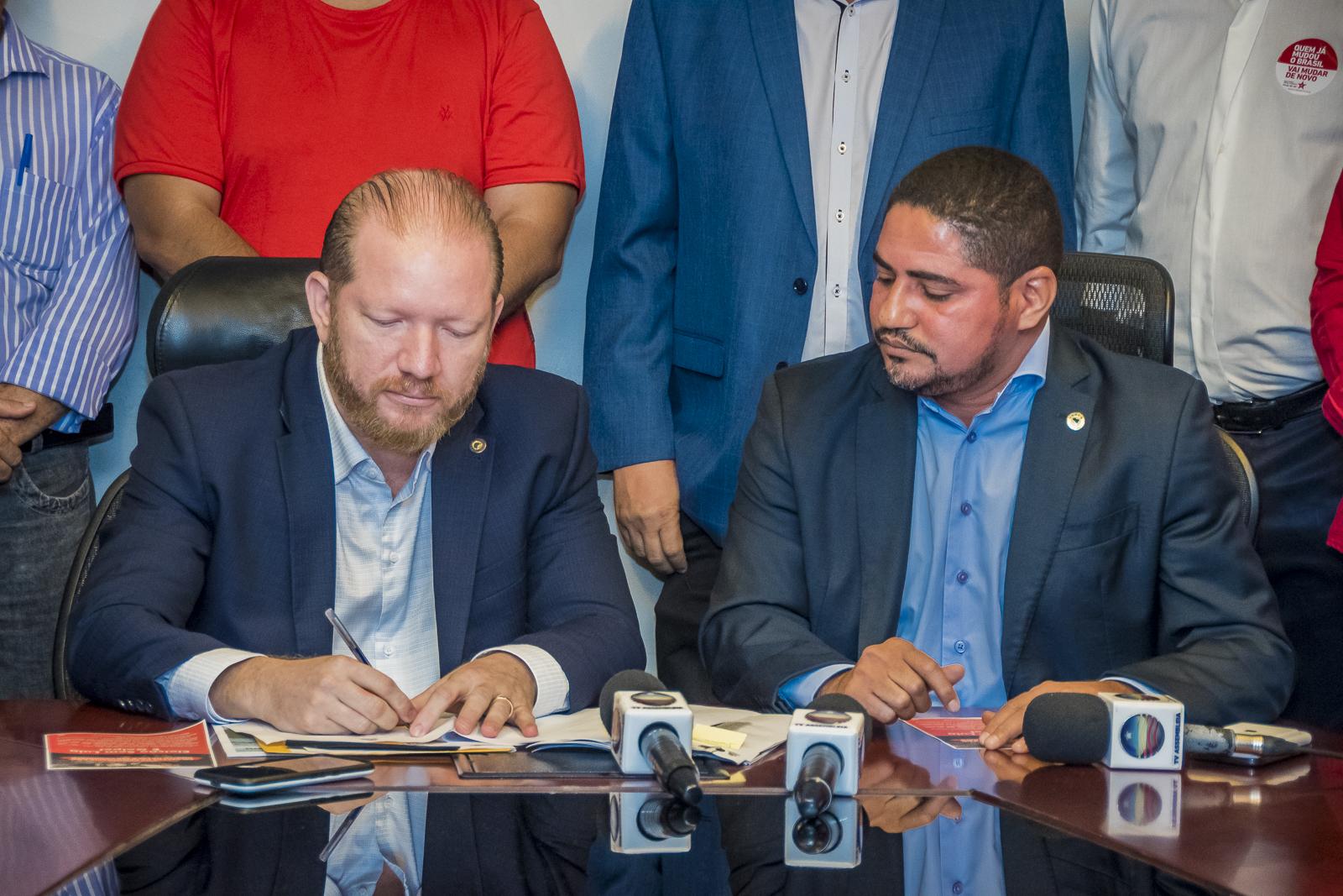 Observado por Zé Inácio, Othelino Neto assina termo de adesão à Frente