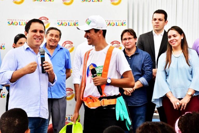 Observado por assessores e pela primeira-dama Camila Holanda (atrás do prefeito), Edivaldo Jr. inaugura o Ecoponto Anil