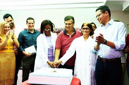 Aplaudido por Carlos Lula, Flávio Dino parte o bolo comemorativo do HTO