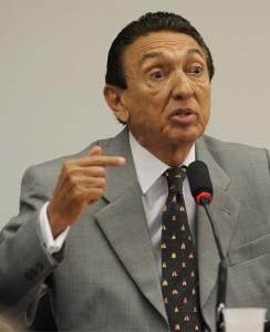 Edison Lobão mostra disposição na corrida para permanecer no Senado