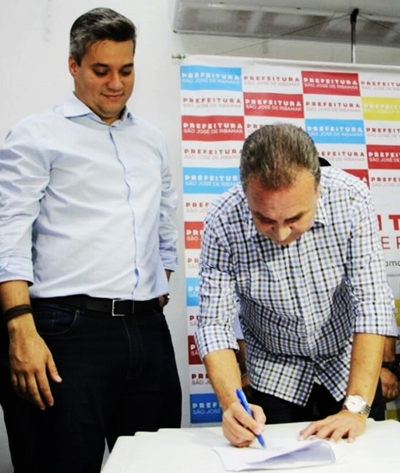 Neto Evangelista e Luis Fernando Silva no ato de filiação no DEM