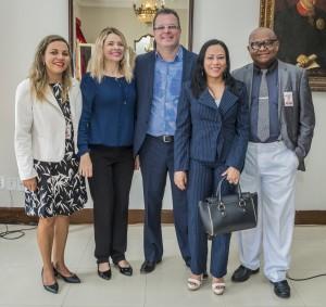 Ao lado de assessoras do Tribunal de Justiça, os jornalistas Edwin Jinkins,(centro) e Silvia Tereza e Antonio Carlos articularam a cooperação