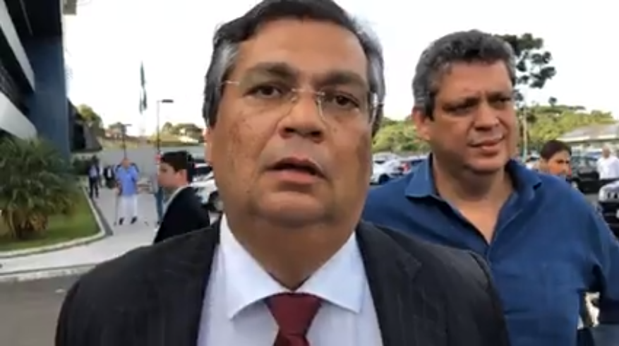 Flávio Dino deixando a sede da PF em Curitiba depois de ser impedido de visitar Lula da Silva