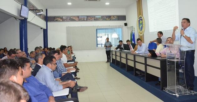 Cleomar Tema fala a prefeito na reunião contra os estragos das enchentes