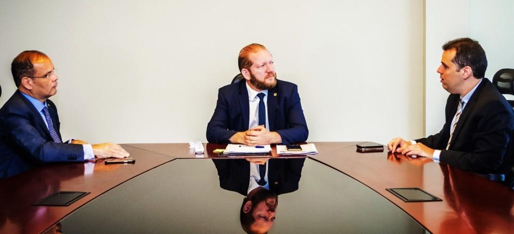 Othelino Neto conversa com Rodrigo Lago e com Rogério Cafeteira