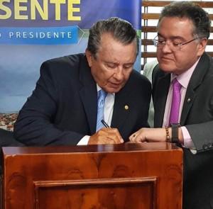 Observado por Roberto Rocha, José Reinaldo tavares assina ficha de filiação no PSDB