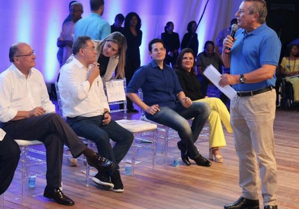 Alexandre Almeisa (sentado ao centro) terá o mesmo espaço de José Reinaldo (falando)
