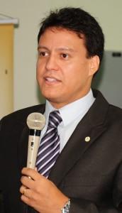 Felipe Camarão: desafio a Roseana Sarney com um pé na política