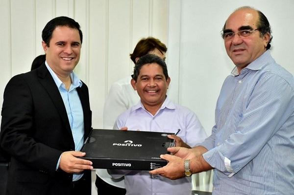 Edivaldo Jr. e Moacir Feitosa entregam notebook a diretor de escola