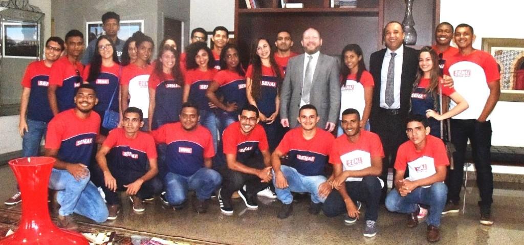 Roberto Costa com estudantes de Bacabal que levou para conhecer a Assembleia Kegislativa e registrou um encontro com o presidente Othelino neto
