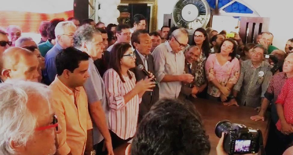 Entre Sarney Filho e Edison Lobão, Roseana Sarney anuncia sua candidatura a partidários na mansão do Calhau