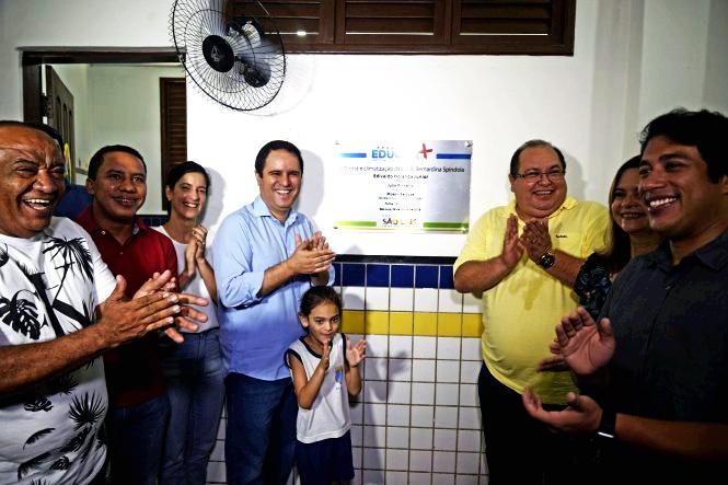 Tendo ao lado a primeira-dama Camila Holanda, e na oresença de veresdores, incluindo o presidente eleoto Osmar Filho, o prefeito Edivaldo Jr. festeja a reabertura da escola Bernardina Spíndola