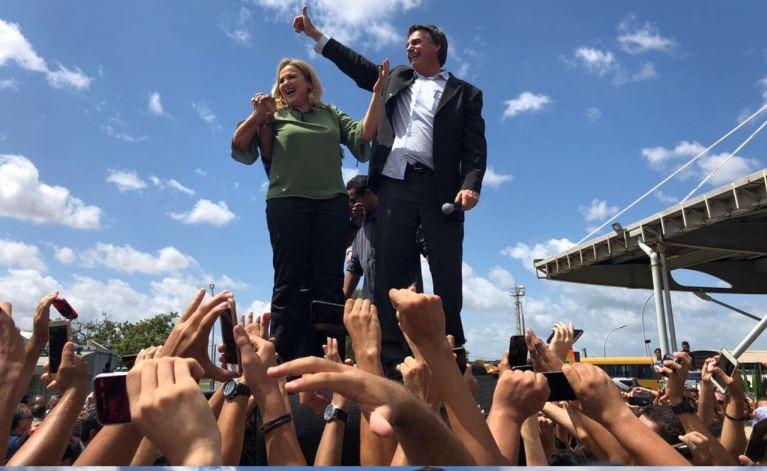 Bolsonaro, tendo Maura Jorge ao lado, fala a partidários em apanque improvisado no Tirirical