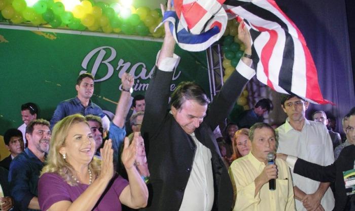 Aplaudido por Maura Jorge, Jair Bolsonaro sacode a bandeira do Maranhão